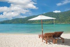 Strandstolar och paraply på ön i Phuket, Thailand Royaltyfri Bild