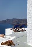 Strandstolar på balkongen, Oia, Santorini Royaltyfria Foton
