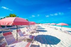 Strandstolar på den exotiska tropiska vita sandiga stranden Arkivbild
