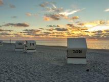 Strandstolar på Sylt, Tyskland Arkivfoto