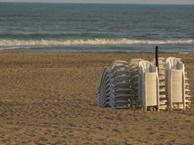 Strandstolar som vilar efter en sommardag Arkivfoton