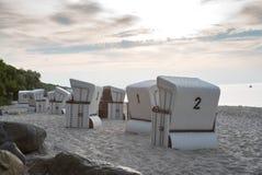 Strandstolar Strandkorb på stranden i Tyskland Ostsee arkivfoton