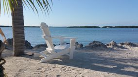 Strandstuhl auf dem Sand stockfoto