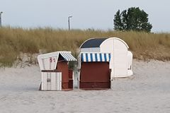 Strandstuhl auf dem Wasser stockbild