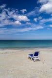 Strandstuhl auf sandigem caribean Meer Lizenzfreies Stockfoto