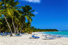 Strandstuhl auf sandigem karibischem Strand in Kuba Stockfoto