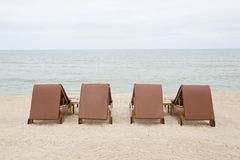 Strandstuhl auf Sandstrand Konzept für Rest, Entspannung, Feiertag Lizenzfreie Stockbilder