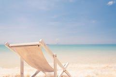 Strandstuhl auf Strand mit blauem Himmel Lizenzfreie Stockfotografie