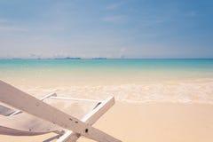 Strandstuhl auf Strand mit blauem Himmel Stockbilder