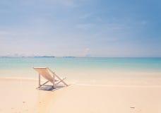 Strandstuhl auf Strand mit blauem Himmel Lizenzfreies Stockbild