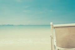 Strandstuhl auf Strand mit blauem Himmel Stockfotografie