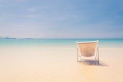 Strandstuhl auf Strand mit blauem Himmel Lizenzfreies Stockfoto