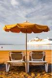 Strandstuhl mit Regenschirm mit blauem Himmel auf sch?nem tropischem Strand, Entspannungszeit stockfotos