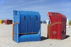 Strandstuhl mit zwei Flechtweiden auf dem Strand Stockbilder