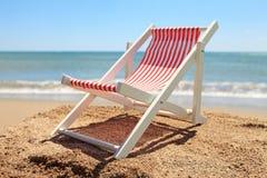 Strandstuhl nahe dem Ozean stockfotografie