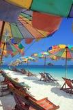 Strandstuhl und bunter Regenschirm auf dem Strand Lizenzfreie Stockfotografie