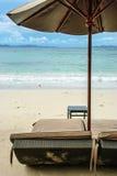 Strandstuhl und -regenschirm Stockfoto