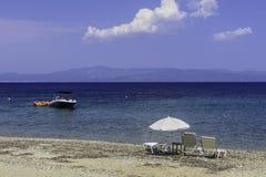 Strandstuhl und -regenschirm auf Sandstrand Konzept für Rest, Entspannung, Feiertage, Badekurort, Rücksortierung Stockfotos