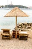 Strandstuhl und -regenschirm auf Sandstrand Konzept für Rest, Entspannung, Feiertage, Badekurort, Rücksortierung Stockbilder