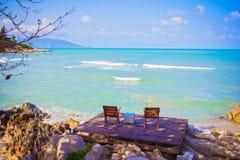 Strandstuhl zwei neben dem netten Strand Stockbild