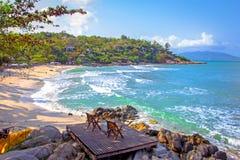 Strandstuhl zwei neben dem netten Strand Lizenzfreies Stockfoto