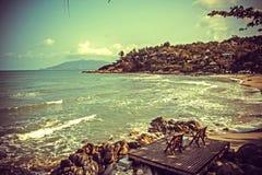 Strandstuhl zwei neben dem netten Strand Lizenzfreie Stockfotografie