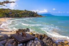 Strandstuhl zwei neben dem netten Strand Stockbilder