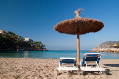 Strandsunbeds och paraply Royaltyfri Foto