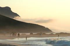 Strandszene an der Dämmerung stockfoto