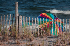 Strandszene mit bunten Regenschirmen Lizenzfreie Stockfotografie