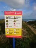 Strandszene mit Leibwächter des Aufgabenzeichens stockfotos
