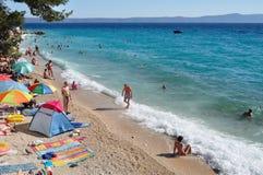 Strandszene in Podgora, Kroatien Lizenzfreies Stockfoto
