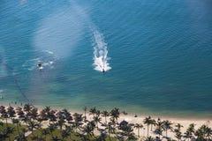 Strandtätigkeit: Vogelperspektive des Jet-Skis reitet nahe der Küste Stockfotos