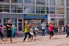 Strandtanzen in der Stadt lizenzfreie stockfotografie