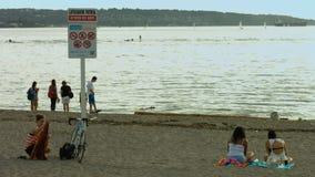 Strandteken en meisje ongeveer om weg te gaan stock videobeelden