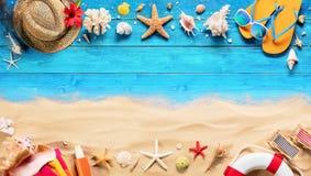 Strandtillbehör på blå planka och sand royaltyfri bild