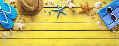 Strandtillbehör på gul träplanka - sommarfärger fotografering för bildbyråer
