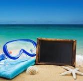 Strandtoebehoren in het zand Stock Afbeeldingen
