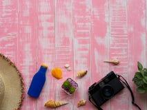 Strandtoebehoren met inbegrip van zonnescherm, hoedenstrand, shell en retr stock foto