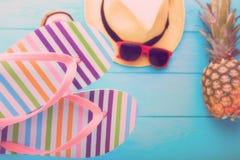 Strandtoebehoren op blauwe houten vloer Hoogste mening en selectieve nadruk Stock Foto's