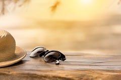 Strandtoebehoren op houten raad en zand Concept summe stock afbeeldingen