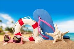 Strandtoebehoren op zand Wipschakelaars, overzeese ster Royalty-vrije Stock Foto's