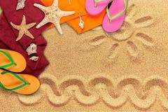 Strandtoebehoren op zand Wipschakelaars, scuba-uitrustingsmasker Stock Afbeeldingen