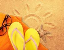 Strandtoebehoren op zand Wipschakelaars, zonnebril Stock Afbeelding