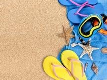 Strandtoebehoren op zand Wipschakelaars, zonnebril Royalty-vrije Stock Fotografie