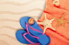 Strandtoebehoren op zand Wipschakelaars, zonnebril Royalty-vrije Stock Foto