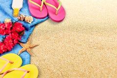 Strandtoebehoren op zand Wipschakelaars, zonnebril Royalty-vrije Stock Afbeeldingen