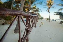 Strandträstaket på den tropiska vita stranden arkivfoton