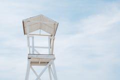 Strandtribune op blauwe hemelachtergrond Stock Foto's