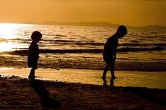 strandungar som leker te Fotografering för Bildbyråer
